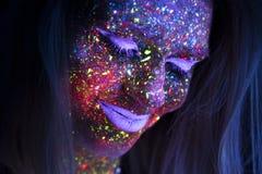 Portret van Mooie Maniervrouw in Neonuf Licht ModelGirl met Fluorescente Creatieve Psychedelische Make-up, Art. Stock Afbeeldingen