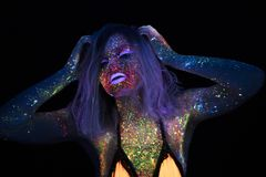 Portret van Mooie Maniervrouw in Neonuf Licht ModelGirl met Fluorescente Creatieve Psychedelische Make-up, Art. Royalty-vrije Stock Foto's