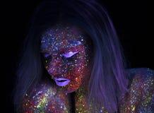 Portret van Mooie Maniervrouw in Neonuf Licht ModelGirl met Fluorescente Creatieve Psychedelische Make-up, Art. Stock Foto