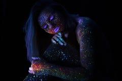 Portret van Mooie Maniervrouw in Neonuf Licht ModelGirl met Fluorescente Creatieve Psychedelische Make-up, Art. Royalty-vrije Stock Afbeelding