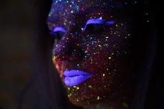 Portret van Mooie Maniervrouw in Neonuf Licht ModelGirl met Fluorescente Creatieve Psychedelische Make-up, Art. Stock Afbeelding