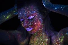 Portret van Mooie Maniervrouw in Neonuf Licht ModelGirl met Fluorescente Creatieve Psychedelische Make-up, Art. Stock Fotografie