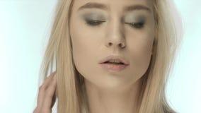 Portret van mooie Oekraïense mannequin op witte achtergrond stock footage