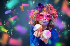 Portret van mooie partijvrouw in pruik en glazen Carneval royalty-vrije stock afbeeldingen