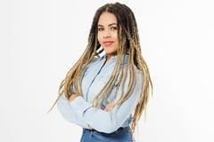 Portret van mooie positieve Afrikaanse Amerikaanse vrouw status met gekruiste wapens in van jeansoverhemd en afro geïsoleerde haa royalty-vrije stock foto
