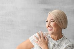 Portret van mooie rijpe vrouw stock afbeeldingen