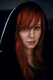 Portret van mooie rode haarvrouw in zwarte Royalty-vrije Stock Foto