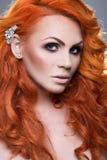 Portret van mooie roodharige vrouw Stock Afbeelding
