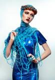 Portret van mooie roodharigevrouw met blauwe draden stock foto's