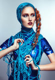Portret van mooie roodharigevrouw met blauwe draden royalty-vrije stock afbeeldingen