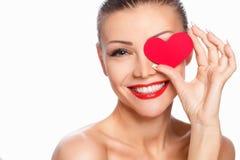 Portret van Mooie schitterende glimlachende vrouw met glamour heldere make-up en rood hart ter beschikking Stock Afbeeldingen