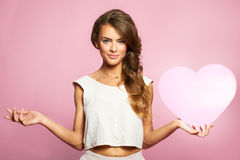 Portret van Mooie schitterende vrouw met glamour heldere make-up en roze hart ter beschikking Royalty-vrije Stock Afbeelding