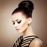 Portret van mooie sensuele vrouw met elegant kapsel.  Per Stock Foto