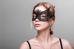 Portret van mooie sensuele vrouw met groene ogen in zwarte lak Stock Afbeeldingen