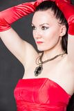 Portret van mooie sexy donkerbruine vrouw met lang haar in rode satijnkleding Royalty-vrije Stock Foto