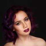 Portret van mooie sexy mannequin met purper haar meer dan g royalty-vrije stock fotografie