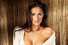 Portret van mooie sexy vrouw met lang nat haar in zonnige dag Stock Foto's