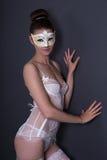 Portret van mooie sexy vrouw in witte bruids lingerie en ma Stock Fotografie