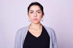 Portret van mooie Spaanse jonge vrouw Stock Foto's