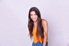 Portret van mooie Spaanse/Kaukasische jonge vrouw Royalty-vrije Stock Afbeelding