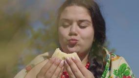 Portret van mooie te zware vrouw die pannekoeken met kwark in openlucht eten Gezond eigengemaakt voedsel, verbinding stock footage