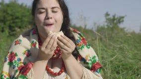 Portret van mooie te zware vrouw die pannekoeken met kwark in openlucht eten Gezond eigengemaakt voedsel, verbinding stock videobeelden