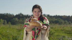 Portret van mooie te zware vrouw die reuzel op het brood van het witte brood glimlachen voorstellen die de camera bekijken stock video