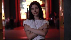 Portret van mooie vrouw bij nacht in rood licht stock footage