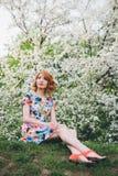 Portret van mooie vrouw in de lente bloeiende tuin royalty-vrije stock afbeeldingen