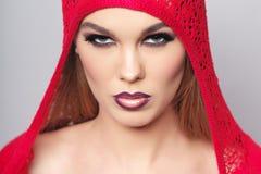 Portret van mooie vrouw die rode kleren dragen Stock Foto's