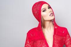 Portret van mooie vrouw die rode kleren dragen Royalty-vrije Stock Foto