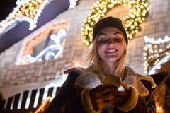 Portret van mooie vrouw die smartphone voor huis D gebruiken royalty-vrije stock foto
