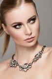Portret van mooie vrouw in halsband stock foto