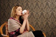 Portret van mooie vrouw het drinken koffie Royalty-vrije Stock Afbeelding