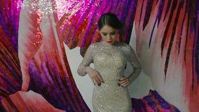 Portret van mooie vrouw in het elegante avond witte kleding stellen stock footage