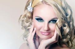 Portret van mooie vrouw met blauwe ogen stock foto's
