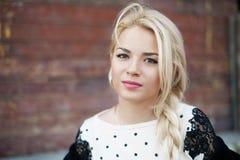 Portret van mooie vrouw met blond haar in a stock afbeeldingen