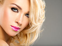 Portret van Mooie vrouw met blond haar heldere manier ma stock foto's