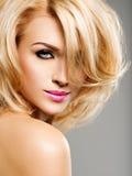 Portret van Mooie vrouw met blond haar heldere manier ma royalty-vrije stock foto's