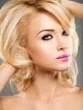 Portret van Mooie vrouw met blond haar heldere manier ma royalty-vrije stock afbeeldingen