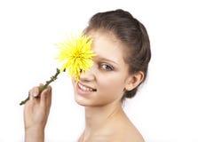 Portret van mooie vrouw met gele bloem Royalty-vrije Stock Fotografie