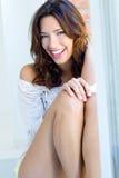 Portret van mooie vrouw met glimlach thuis stock afbeelding