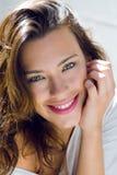 Portret van mooie vrouw met glimlach thuis royalty-vrije stock foto