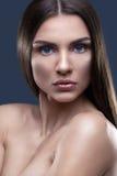 Portret van mooie vrouw met glinsterend haar Royalty-vrije Stock Foto