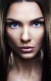 Portret van mooie vrouw met glinsterend haar Stock Foto