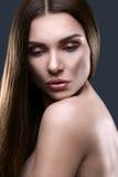 Portret van mooie vrouw met glinsterend haar Stock Foto's