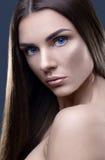 Portret van mooie vrouw met glinsterend haar Royalty-vrije Stock Afbeelding