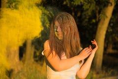 Portret van mooie vrouw met het lange haar spelen met droge kleur p Stock Afbeelding