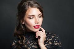 Portret van mooie vrouw met het rode haar van de lippenmake-up op donkere achtergrond royalty-vrije stock afbeeldingen