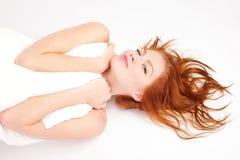 Portret van mooie vrouw met hoofdkussen Stock Foto's